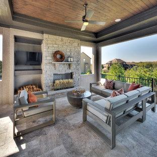 Ejemplo de terraza tradicional renovada, en anexo de casas, con chimenea