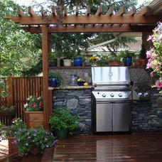 Traditional Deck by Kayu Canada Inc.