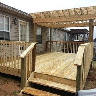 Immagine di una piccola terrazza american style dietro casa con una pergola