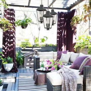 Ispirazione per una terrazza classica di medie dimensioni e dietro casa con una pergola