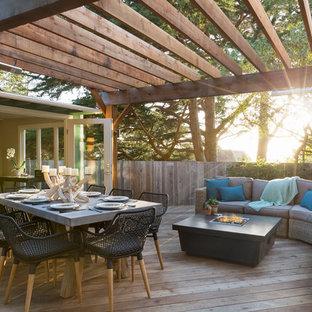Aménagement d'une terrasse arrière classique avec une pergola.