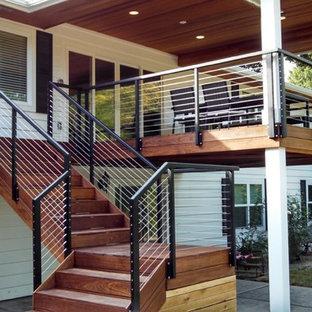 Idées déco pour une terrasse arrière craftsman de taille moyenne avec une extension de toiture.