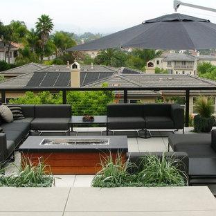 Idee per una terrazza design sul tetto con un focolare