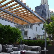 Modern Deck by Jeffrey Erb Landscape Design