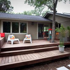Modern Deck by austin outdoor design