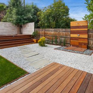 Foto de terraza clásica renovada, grande, sin cubierta, en patio trasero, con ducha exterior