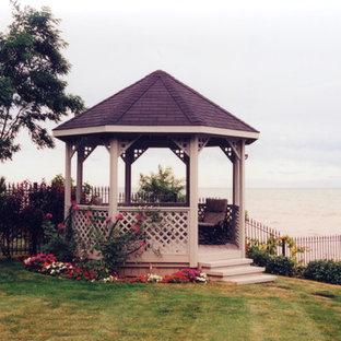 Exemple d'une terrasse arrière victorienne de taille moyenne.