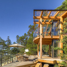 Contemporary Deck by Kettle River Timberworks Ltd.
