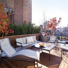 Modern Deck by Vert Gardens
