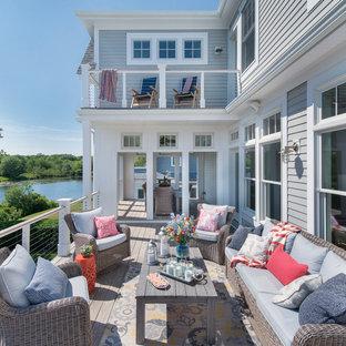 Diseño de terraza marinera, de tamaño medio, sin cubierta, en patio trasero