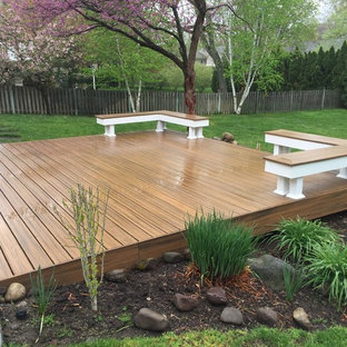 Ground level transcend deck with built in seating