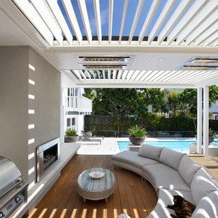 Ispirazione per una terrazza classica dietro casa con una pergola