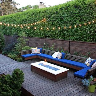 Foto di una terrazza design di medie dimensioni e dietro casa con un focolare