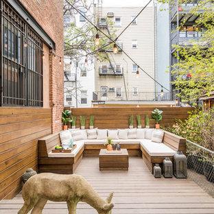 Modelo de terraza ecléctica, de tamaño medio, sin cubierta, en patio trasero, con brasero