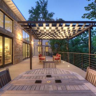 Example of an urban deck design in Dallas