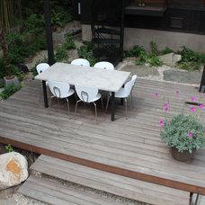 Contemporary Deck by BENT GRASS