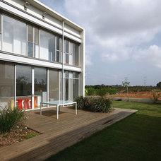 Modern Porch by Amitzi Architects