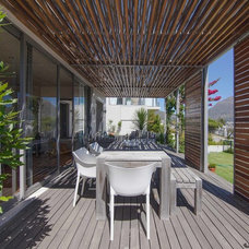 Contemporary Deck by Shirley Wayne Architect Cape Town
