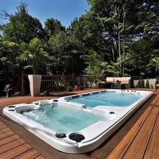 Foto de terraza minimalista, de tamaño medio, sin cubierta, en patio trasero, con fuente
