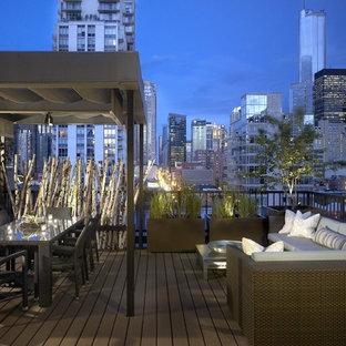 Idée de décoration pour une terrasse et balcon urbaine avec une pergola.