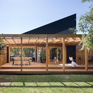 Foto di una terrazza contemporanea dietro casa con una pergola