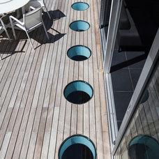 Modern Deck by arbejazz architects studio ltd.