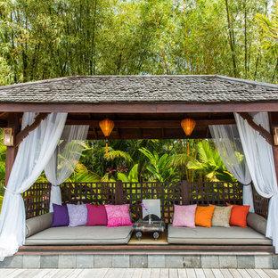 Immagine di una terrazza tropicale con un giardino in vaso