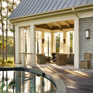Foto di terrazze e balconi classici dietro casa con un tetto a sbalzo