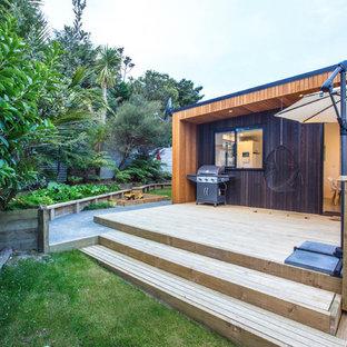 Esempio di una terrazza minimal di medie dimensioni e dietro casa con un parasole