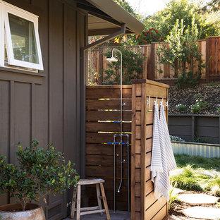 Imagen de terraza clásica renovada, de tamaño medio, sin cubierta, en patio trasero, con ducha exterior