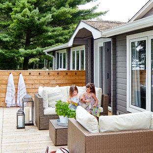 Ejemplo de terraza costera, de tamaño medio, sin cubierta, en patio trasero, con ducha exterior