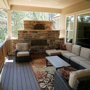 Modelo de terraza de estilo americano, de tamaño medio, en patio trasero y anexo de casas, con brasero