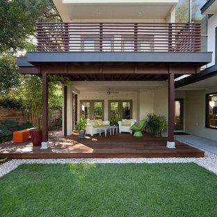 Immagine di una terrazza design con un tetto a sbalzo