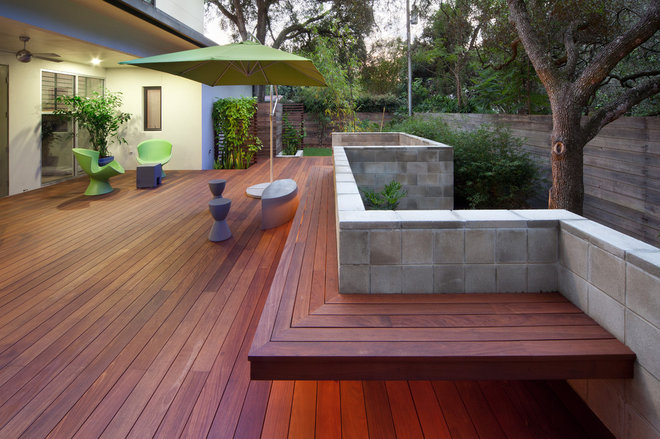 Modern Porch by Evergreen Consulting / 4EGC