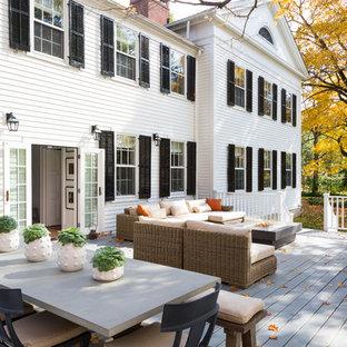 На фото: огромная терраса на заднем дворе в классическом стиле с местом для костра без защиты от солнца с