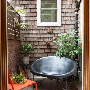 Idéer för en liten rustik terrass, med en vertikal trädgård