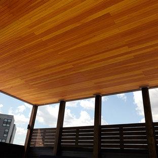 Idéer för att renovera en stor funkis takterrass, med en öppen spis och en pergola