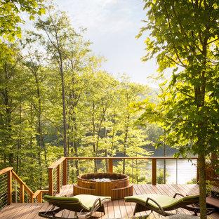 Imagen de terraza de estilo americano, grande, sin cubierta, en patio trasero, con fuente