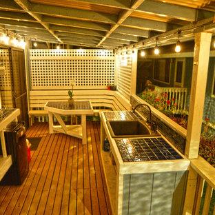 Inspiration för en liten maritim terrass på baksidan av huset, med utekök och takförlängning