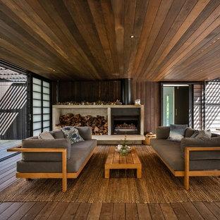 Ispirazione per una terrazza contemporanea con un caminetto e un tetto a sbalzo
