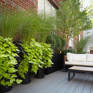Ejemplo de terraza clásica, pequeña, en azotea, con jardín de macetas y toldo