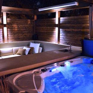 Cette image montre un petit toit terrasse minimaliste avec une pergola.