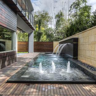 Immagine di una piccola terrazza minimalista dietro casa con fontane