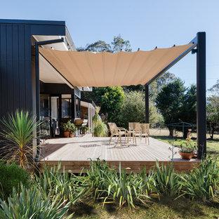 Foto di grandi terrazze e balconi minimalisti dietro casa con un parasole