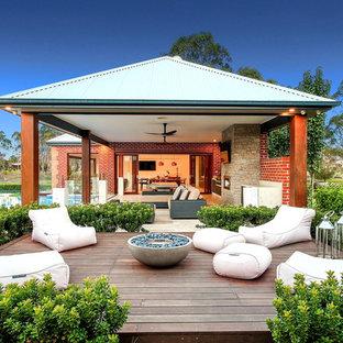 Esempio di un grande giardino formale chic esposto in pieno sole dietro casa in inverno con pedane e un focolare