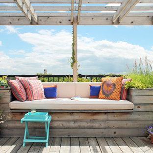 Ispirazione per una terrazza chic di medie dimensioni, sul tetto e sul tetto con una pergola