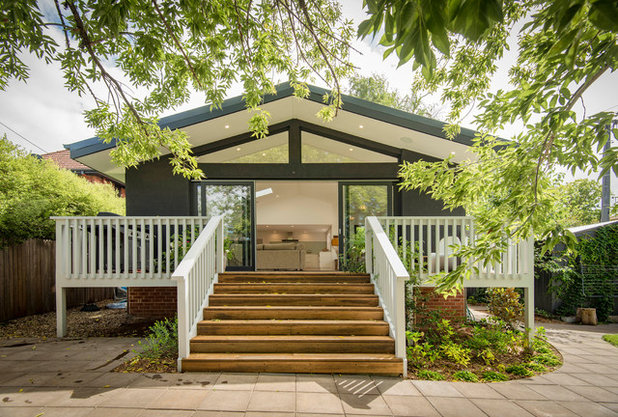 Midcentury Deck by Plan It Green