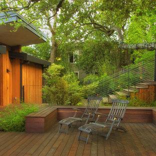 Aménagement d'une très grande terrasse contemporaine avec une extension de toiture.