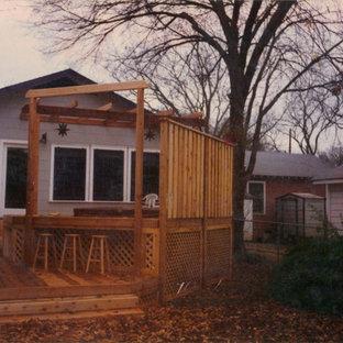 Esempio di una piccola terrazza classica dietro casa con una pergola
