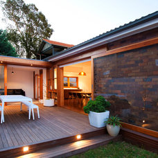 Contemporary Deck by Angus Mackenzie Architect